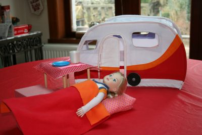 Barbie se repose devant sa caravane