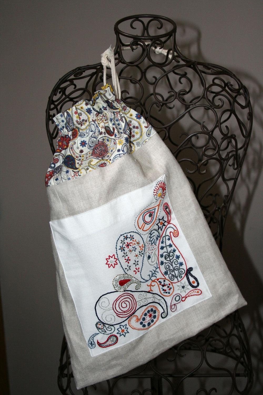 sac-en-tissu-brodé-de-motifs-floraux